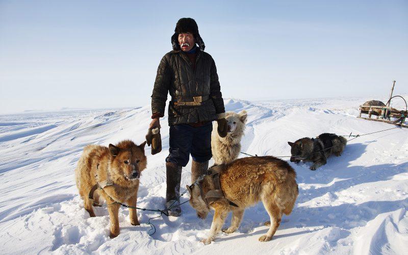 Jäger mit Schlittenhunden